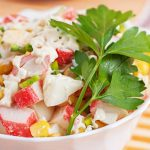 Салат из крабовых палочек с кукурузой пошагово