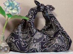 f954bcf2f8b8 ... удобной сумки очень обширна и все зависит от выбора ткани и размера  самой сумки, если ткань нарядная, а сумочка небольшая – получается вечерний  вариант.