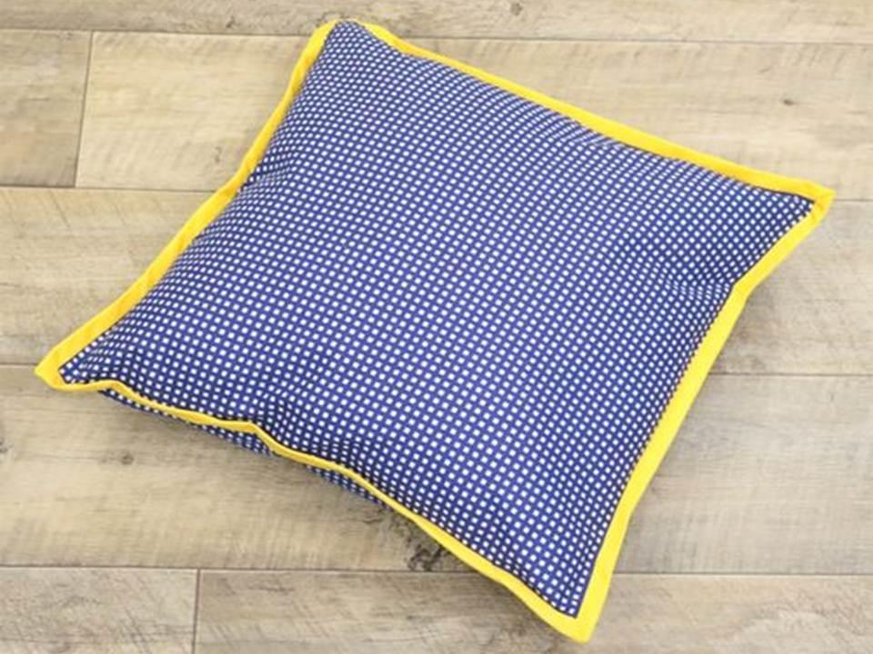Чехол на подушку с окантовкой из косой бейки